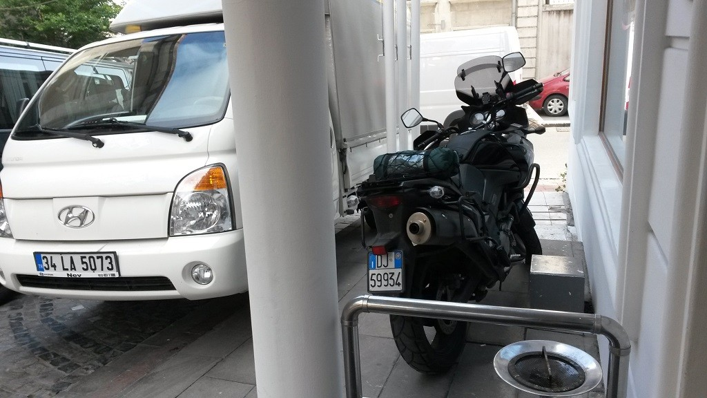 Istanbul moto davanti all'hotel